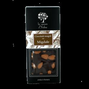 Tabletă de ciocolată neagră cu migdale